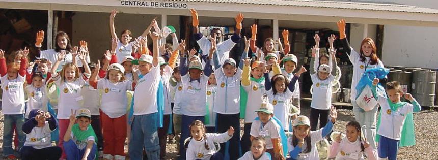 Patrulha da Natureza - Unindo filhos de funcionários para recolher lixo das calçadas do bairro São José após brincadeiras